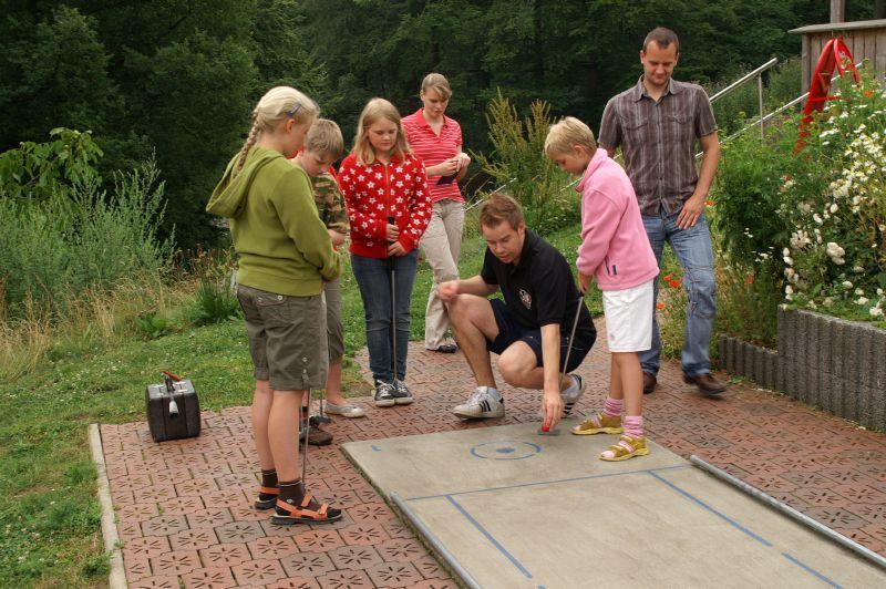Bild: Ferienspaßaktion der Gemeinde Wallenhorst 2009 – Minigolf-Crashkurs für Kids im Nettetal